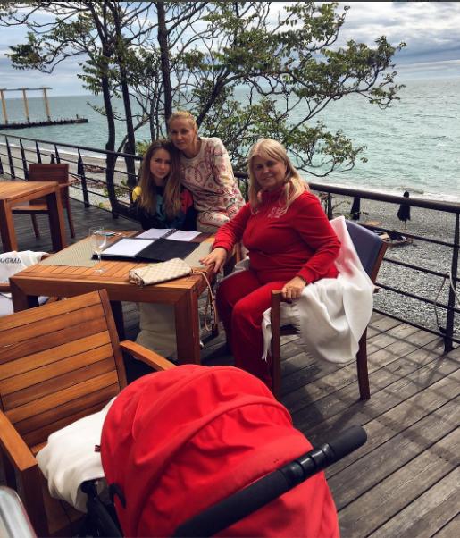 Татьяна Навка с дочерьми и мамой в Сочи, фото май 2016 Инстаграм
