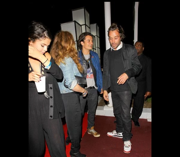 Фото Орландо Блума у ночного клуба в компании, на переднем плане - Селена Гомес. Фото май 2016