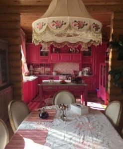 """Фото знаменитой """"розовой кухни"""" в доме Водонаевых"""
