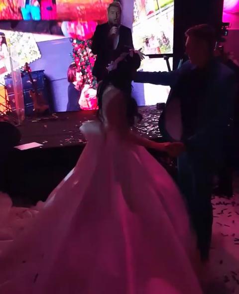 Фото Нелли Ермолаевой в день свадьбы с Кириллом Андреевым. На сцене - Николай Басков
