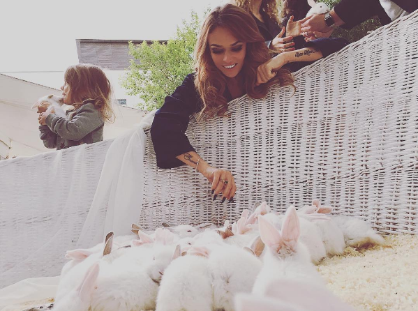 Алена Водонаева с кроликами на свадьбе Нелли Ермолаевой 7.06.2016 фото из Инстаграма