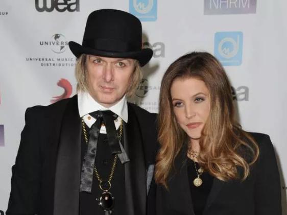 На фото Лиза Мари Пресли с мужем Майклом Локвудом