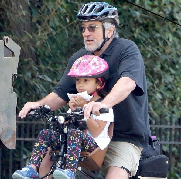 Роберт Де Ниро на велосипедной прогулке с дочерью Хелен, фото