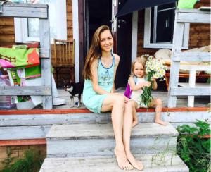 Маша Адоевцева фото с дочкой Лизой, июль 2016