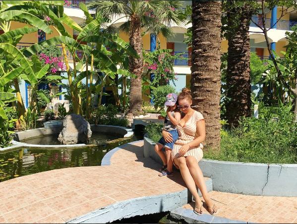 Фото Анфисы Чеховой с сыном на территории отеля на острове Родос, 2016
