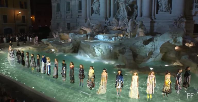 Модный показ Fendi осень-зима 2016/2017 на Неделе высокой моды в Париже, видео