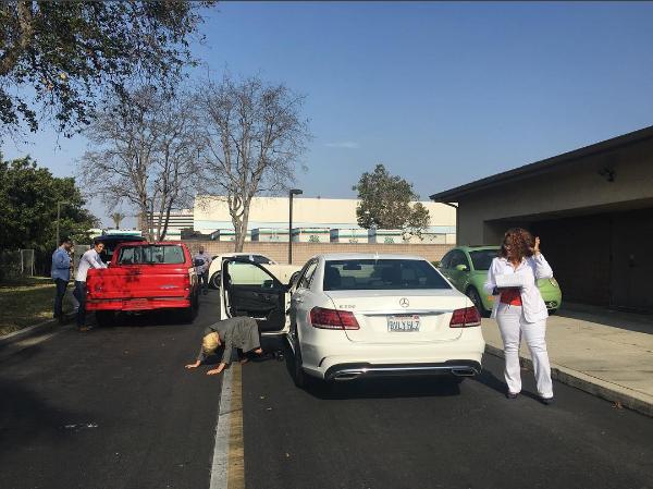 Леди Гага фото сразу после сдачи экзамена на вождение автомобиля. Певица даже упала на дорогу от радости