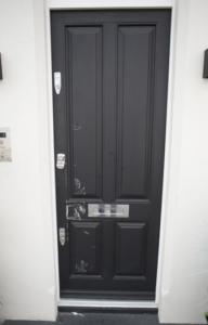 Фото двери в квартиру Линдси Лохан после визита полицейских