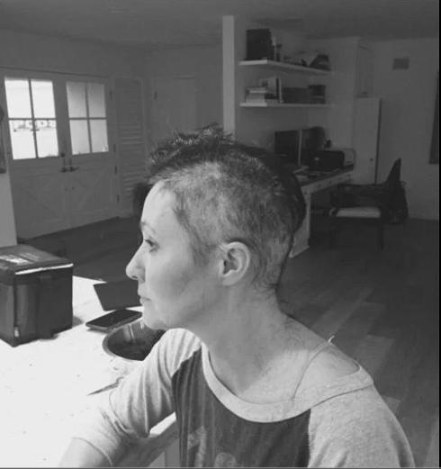 Актриса Шеннон Доэрти сбрила все волосы на голове в процессе лечения рака груди