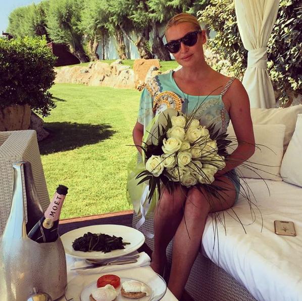 Анастасия Волочкова с букетом белых роз от руководства отеля, фото 2016 остров Крит