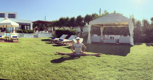 Фирменный шпагат Волочковой на критской лужайке, фото июль 2016