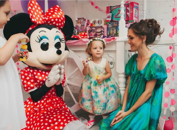 Фото Марии Адоевцевой с дочкой Лизой во время празднования дня рождения последней, фото август 2016