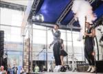 Джо Джонас и DNCE на сцене во время выступления, фото 2016