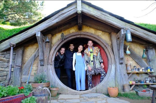 Джо Джонас и члены DNCE в Хоббитоне, Новая Зеландия фото август 2016