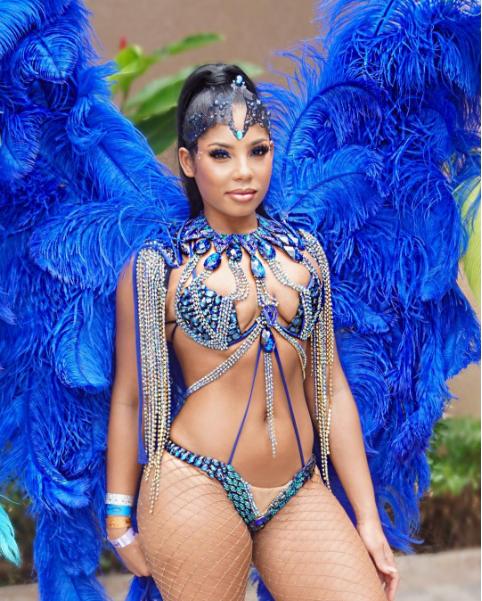 Фото Каси Беннетт в карнавальном костюме
