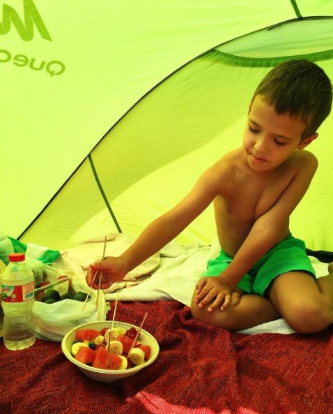 Сын Алены Водонаевой Богдан в палатке на пляже, фото август 2016 из Инстаграма Водонаевой