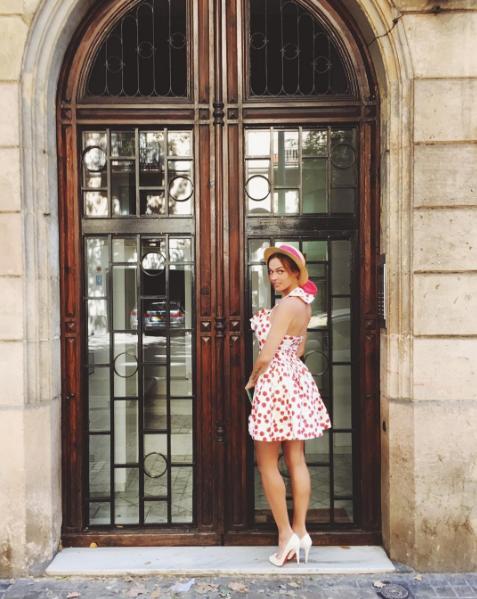 Алена Водонаева увлеченно позирует на фоне достопримечательностей Барселоны, фото 2016