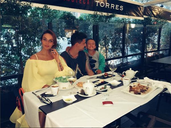 Алена Водонаева с сыном Богданом и Антоном Коротковым в ресторане в Барселоне, фото из Инстаграма 2016