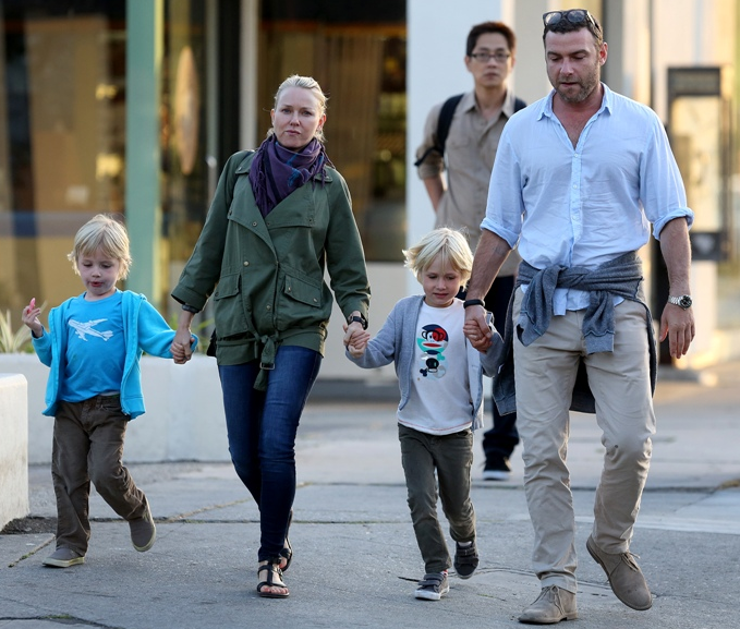 На фото Наоми Уоттс и Лив Шрайбер с сыновьями