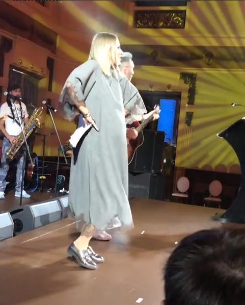Беременная Ксения Собчак на сцене со Шнуровым, фото из Инстаграма, сентябрь 2016