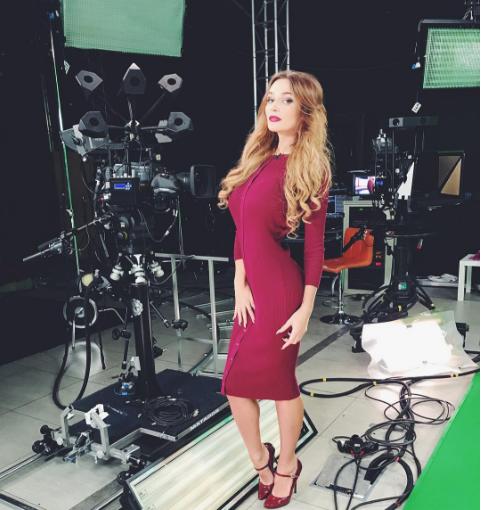 Алена Водонаева на съёмках для телеканала Ру ТВ, фото из Инстаграма