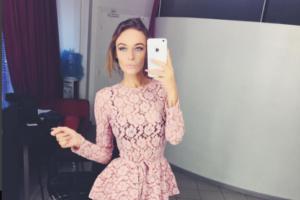 На фото из Инстаграма Алена Водонаева с любимым айфоном