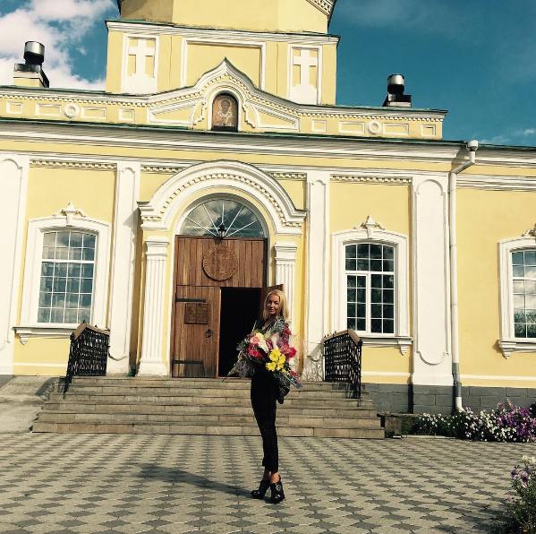 Анастасия Волочкова перед храмом в Нижнем Тагиле, фото 2016