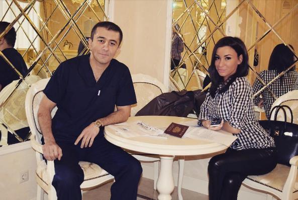 Фото Анны Якуниной с врачом Мамедовым, который сделал ей ринопластику,на 2 день после операции