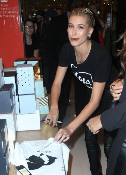 Фото модели Хейли Болдуин во время подписания автографов. Совместный проект Karl Lagerfeld X Lord & Taylor