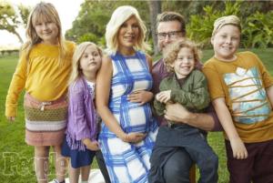 Фото беременной Тори Спеллинг с мужем и детьми октябрь 2016