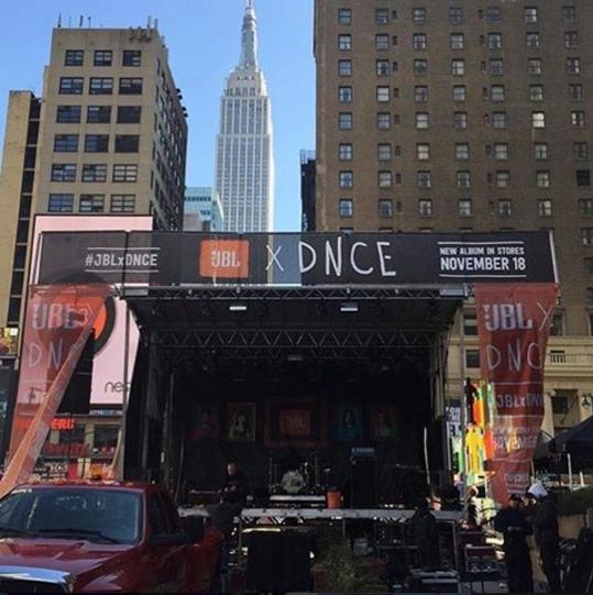 Реклама альбома DNCE в Нью-Йорке