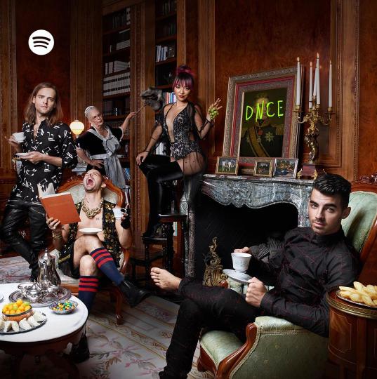 Фото участников группы DNCE для обложки дебютного альбома 2016: Джо Джонас, Джинджу Ли, Коул Уиттл, Джек Лоулесс;