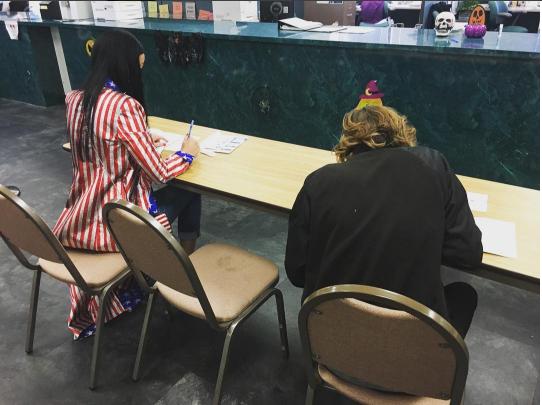 Кэти Перри на избирательном участке (слева) фото из Инстаграма 2016
