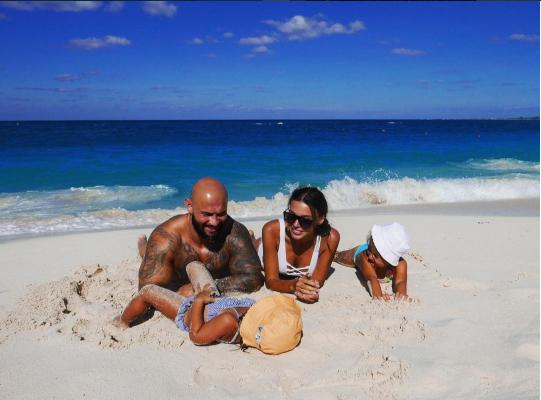 Джиган и Оксана Самойлова с дочерьми фо фремя отдыха на багамских островах в 2016, фото из Инстаграма