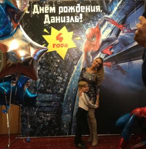 На фото из Инстаграма Евгения Феофилактова (Гусева) с сыном в день его рождения
