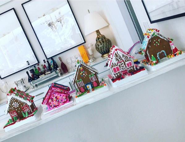 """Имбирные """"домики"""" сделанные членами семьи Хадид к Рождеству фото из Инстаграма Йоланды Хадид"""