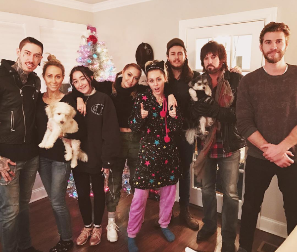 Рождественское фото семьи Майли Сайрус и Лиама Хемсворта из Инстаграма Брэнди Сайрус, сестры Майли