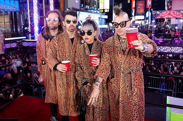 dnce-2017-times-square-show-1