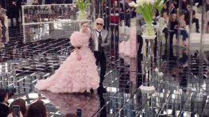 На фото Лили Роуз Депп и Карл Лагерфельд в конце показа Шанель на Неделе высокой моды в Париже 2017