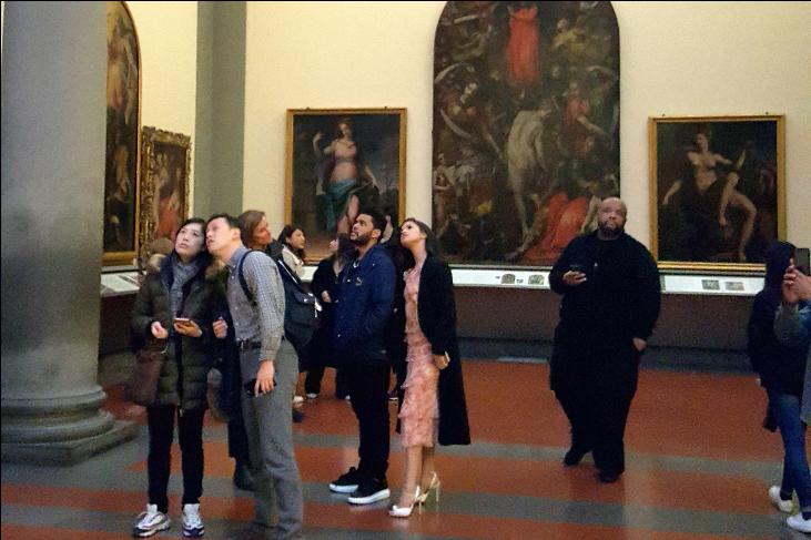 Селена Гомес и еёновый бойфренд The Weeknd фото во время посещения картинной галереи в Риме