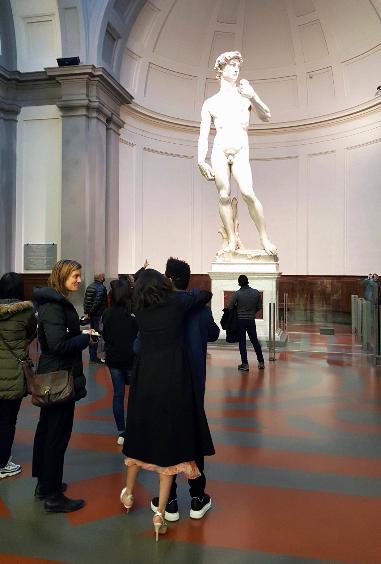 Селена Гомес и Абель Тесфайе (Уикнд)) осматривают статую Давида
