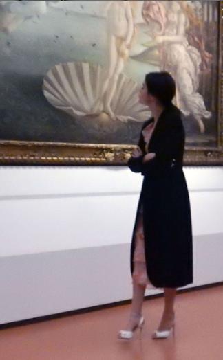 """Селена Гомес фото рядом с картиной Боттичелли """"Рождение Венеры"""""""