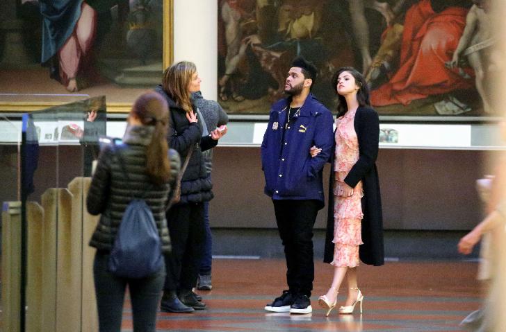 На фото Селена Гомес и The Weeknd в итальянской галерее