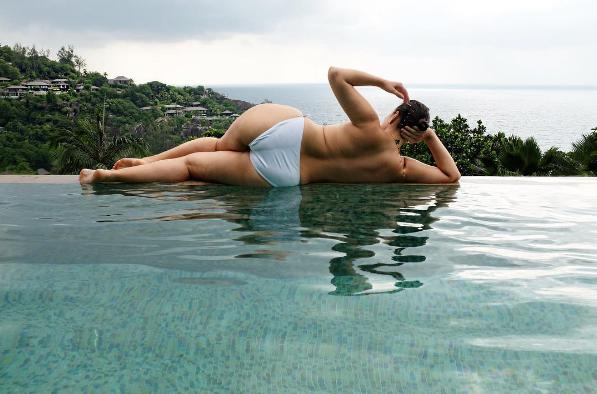 Фото модели размера плюс Эшли Грэм на Сейшельских островах в январе 2017