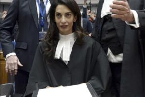 На фото Амаль Аламуддин в суде