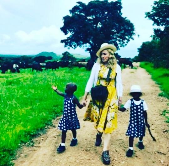 Мадонна удочерила двух девочек, фото с приемными дочерьми