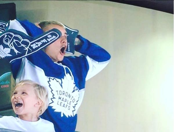 Джастин Бибер с родственниками на хоккейном матче, фото, видео