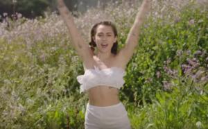 Майли Сайрус 2017: кадр из клипа на песню Малибу