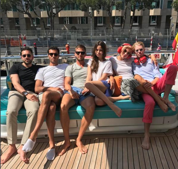 Алекс Смерфит (третий слева) со своей новой девушкой Лизой Ганенко в компании друзей и своего брата Криса (крайний справа)