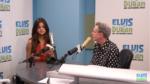На фото Селена Гомес во время радиоинтервью у Элвиса Дюрана
